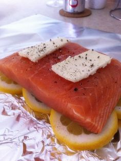 EASY Salmon in a Bag - Tin foil, lemon, salmon, butter, wrap it up tightly and bake for 25 minutes at 300 °- YUM. Leaves the salmon very moist and tasty! Think Food, I Love Food, Food For Thought, Good Food, Yummy Food, Tasty, Fish Recipes, Seafood Recipes, Cooking Recipes