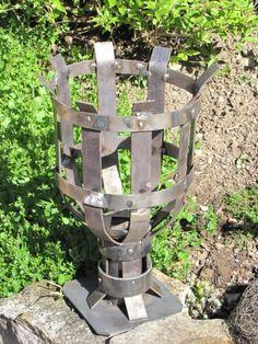 rustikale Gartenfackel aus Metall Die sehr rustikale Gartenfackel aus Metall ist ein tolles Highlight im Garten. Gefertigt aus blankem Rohmetall setzt die Gartenfackel mit der Zeit eine schöne Rostpatina an. Im Lieferumfang enthalten ist eine Bodenplatte, die für einen sicheren Stand sorgt. Die Gartenfackel ist als Feuerkorb einsetzbar, kann aber auch wie folgt erweitert werden: Einsatz mit Dorn für Kerzen Einsatz mit Docht für Lampenöl Holzpflock ca. 6 cm Durchmesser, in jedem