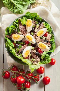 Envie de faire le plein de « bon cholestérol » tout en régalant un grand classique de l'été ? 🥗🌞  Voici 10 idées pour vous régaler avec une boîte de filets d'anchois ! 🐟  #salade #saladeniçoise #anchois #oméga3 #cholesterol #vitamines #recettedesaison #recettefacile #recettesimple #recetterapide Cholesterol Levels, Omega 3, Lower Triglycerides, Filets, Cobb Salad, Natural Remedies, Keto, Heart Disease, Nicoise Salad