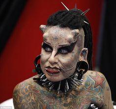 Mamá, me he hecho un tattoo. La fotografía corresponde a María José Cristerna, conocida como la mujer vampiro Mexicana.