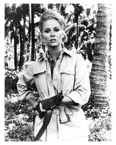 Faye Dunaway: Girls & Guns, Gun & Girls, Go together like the diamond and pearls... <3