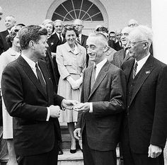 April in the White House Rose Garden, President John F. Kennedy is presenting Jacques Cousteau with The National Geographic Society's special gold medal. John Kennedy, American Presidents, Us Presidents, Jfk Presidency, 19 Avril, Deep Photos, Jacques Yves Cousteau, National Geographic Society, John Fitzgerald