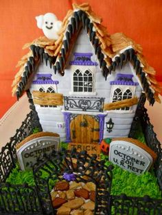 Oh Sugar Events: Haunted Gingerbread House 2011 Halloween Gingerbread House, Gingerbread House Parties, Halloween House, Holidays Halloween, Halloween Fun, Gingerbread Houses, Halloween Clothes, Costume Halloween, Spooky House