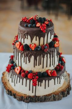 Rustic Drip Strawberry Chocolate Wedding Cake #weddings #cakes #weddingcakes #weddingideas #weddinginspiration #himisspuff Cake Decorating Classes, Easy Cake Decorating, Wedding Cake Decorations, Wedding Cakes, Cute Cakes, Pretty Cakes, Chocolate Strawberries, Let Them Eat Cake, Special Day