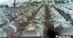 Ένα πρωινό του Νοεμβρίου του 1950 οι προβλήτες της Ακτής Βασιλειάδη γέμισαν από στρατιωτικά οχήματα από τα οποία εξήλθαν εκατοντάδες Έλληνες στρατιώτες με σκοπό να επιβιβαστούν σε πλοίο με προορισμό τη μακρινή Κορέα. Kai, City Photo, Korea, Concert, Concerts, Korean, Chicken
