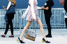 StreetStyle of Camille Charriere wearing Chloé bag and Loewe Shoes during New York Fashion Week Spring Summer Chloe Drew Bag, Faye Bag, Street Style Shoes, Street Style Blog, Street Styles, What Should I Wear Today, Who What Wear, Boss Lady, Girl Boss