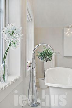 Se på denne tøffe og samtidig klassiske kranen... Følg en av våre kunder @the_diana_house på Instagram for masse god inspirasjon // IEC-HUS Bathtub, Modern, Standing Bath, Bathtubs, Bath Tube, Bath Tub, Tub, Bath