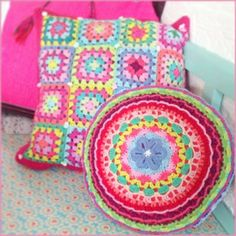 Haken bij Saar en Mien! never, ever can a home have to many throw pillows! Aren't these cozy looking?