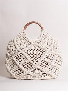 - – Vintage style tote bag that has been hand made with macrame cotton rope – Solid timber handles – Tote comes with detachable canvas zipped pouch – Generous size – wide, high, wide Composition: Macrame cotton rope, Wooden handles, Canvas pouch. Macrame Purse, Macrame Necklace, Macrame Knots, Diy Bags Purses, Diy Purse, Stella Bag, Crochet Wool, Macrame Tutorial, Crochet Handbags