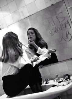 Портрет невесты,в зеркале. Помадой или на запотевшем стекле написано время церемонии или какое-нибудь послание.                                                  …