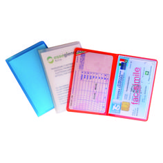 Porta patente europea a 2 posti  Quantità: 1000 pz.  Materiale: pvc motif colorato, satinato a base trasparente. Personalizzabile in serigrafia.  Dimensione: cm 9X12 aperto