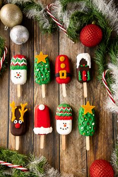 Christmas Cake Pops, Christmas Sweets, Christmas Goodies, Christmas Baking, Christmas Holiday, Christmas Cake Decorations, Paletas Chocolate, Chocolate Cake Pops, Melting Chocolate