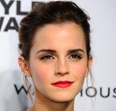 Ronda do tapete vermelho | Dia de Beauté (Emma Watson usando um já quase marca-registrada batom vermelho, adorei a maquiagem do olho para complementar – é aquele nada, mas com muitooo rímel e um traço quase invisível preto rente aos cílios superiores para realçar ainda mais. E blush rosado.)