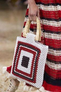 Ulla Johnson at New York Fashion Week Spring 2019 Ulla Johnson at New York Fashion Week Spring 2019 – Details Runway Photos Beaded Purses, Beaded Bags, New York Fashion, Latest Fashion, Sac Granny Square, Spring In New York, Spring Fashion Trends, Spring Trends, Crochet Handbags