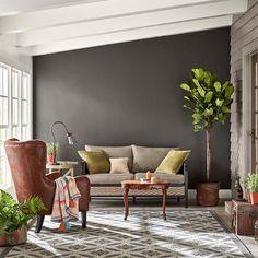 couleurs tendance 2018 - peinture murale marron anthracite salon colonial
