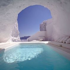 Here is some beautiful pictures of cave pool in one of hotel in Santorini, Greece. Amazing pool carved into the rock in Santorini. Katikies Hotel Santorini, Santorini Grecia, Santorini Hotels, Oia Greece, Santorini Island, Santorini Travel, Santorini Italy, Greece Hotels, Hotel Grecia