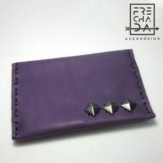 carteira de couro feita à mão com detalhe em tacha