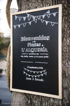 Pizarra con mensaje de bienvenida para una boda con la temática de las fiestas populares. Boda inspirada en las fiestas de los pueblos.