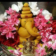 Thali Decoration Ideas, Diy Diwali Decorations, Festival Decorations, Flower Decorations, Ganesha Rangoli, Clay Ganesha, Ganesh Chaturthi Decoration, Birthday Room Decorations, Henna