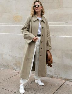 How to wear white for fall white jeans and white tee with trench coat Spring Dresses Casual, Winter Outfits, Dress Casual, Pantalon Slouchy, Spring Summer Fashion, Winter Fashion, Look Fashion, Fashion Outfits, Trench Coat Outfit