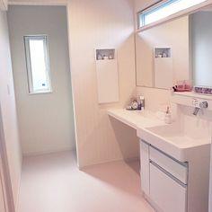 女性で、の建売/洗面所/バス/トイレについてのインテリア実例を紹介。「洗面所はむだに広い笑  奥に洗濯機が隠れてます。まだまだ改善できそう♪ 業務的な鏡にモールディングする予定です(*´∇`*) 」(この写真は 2015-06-01 11:56:53 に共有されました) Natural Interior, Washroom, Simple House, Powder Room, Laundry Room, Ideal Home, Architecture Design, New Homes, Vanity