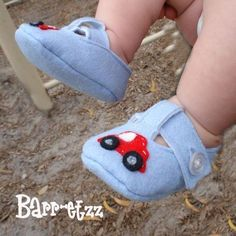 55 Ideas for baby girl shoes boots christmas gifts, Felt Baby Shoes, Cute Baby Shoes, Boy Shoes, Baby Girl Shoes, New Baby Girls, Diy For Girls, Baby Boy Baptism Outfit, Doll Shoe Patterns, Sewing Baby Clothes