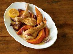 Alles von einem Blech: Die Kürbisspalten garen zusammen mit den Hähnchenschenkeln, Zwiebeln und Zitronenhälften - so bekommt alles ein tolles Aroma!