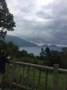 北海道にある支笏湖に行って来ました    道央地方千歳市に位置する支笏湖は滋賀県の琵琶湖に次いで日本で2番目の貯水量を持つカルデラ湖である 平均水深265メートル最大水深363メートルで屈斜路湖に次いで2番目に大きい日本で最北の不凍湖だ このように日本全国で2番の冠が多い支笏湖だが美しさにランクはつけられない 山々に囲まれたこの湖の魅力は静けさと自然度の高さにあるのではないだろうか 札幌中心部から車でわずか1時間の距離でありながらそこに都会の喧噪はない 湖周辺には恵庭岳えにわだけ風不死岳ふっぷしだけ樽前山たるまえさんの支笏三山がそびえモラップキムンモラップなどの低山にも囲まれている カルデラ湖ゆえの風景がありドライブアクティビティを日帰りで楽しむことができる 温泉レジャーお祭り等のイベントも多く人気の観光スポットとなっている tags[北海道]