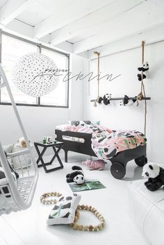 Ideas for Decorating a Bedroom in a Panda Theme Bedroom Themes, Nursery Themes, Kids Bedroom, Bedroom Decor, Baby Decor, Kids Decor, Decor Ideas, Panda Nursery, Blue Ceilings