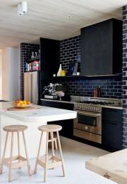 Mur en brique noir dans cuisine style contemporain