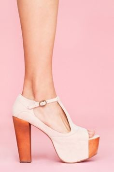 I don't really like peep toes. Or heels for that matter. But these....... ❤