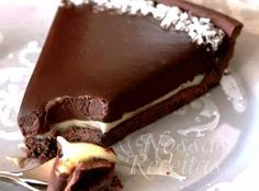 Chocolate branco, chocolate, leite na receita Torta de Chocolate (Rende 10 Categoria: Bolos e tortas, Tortas doces Chocolate Torte Cake, Chocolate Desserts, Just Desserts, Delicious Desserts, Yummy Food, Sweet Recipes, Cake Recipes, Dessert Recipes, Love Food