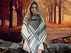 Morbido ed elegante poncho in raso con disegno geometrico bianco e grigio