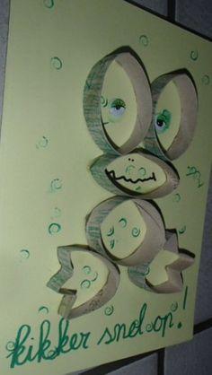 laat je kind een wc-rolletje groen maken (verven, krijten, beplakken afhankelijk van de leeftijd). knip hiervan reepjes en plak ze als een kikker op het papier. erg leuk opkikkerkaartjes (A5 formaat)