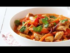 Kylling i curry Thai Red Curry, Bacon, Food And Drink, Chicken, Dinner, Eat, Ethnic Recipes, Youtube, Inspiration