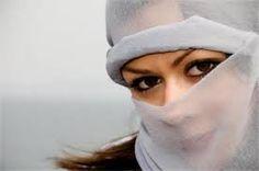YASHMAK. Velo turco de muselina blanca. Cubre la cabeza y el rostro. Es usado en Estambul.