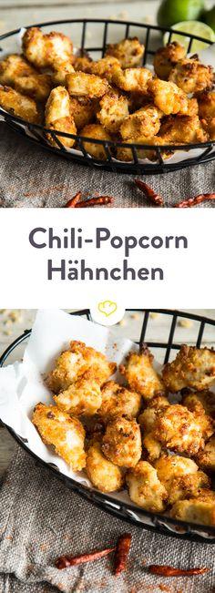 Diese knusprigen Chili-Popcorn-Hähnchen werden in einer Cracker-Panade mit einer Butter-Chili-Limetten-Mischung gebacken und schmecken einfach fantastisch.