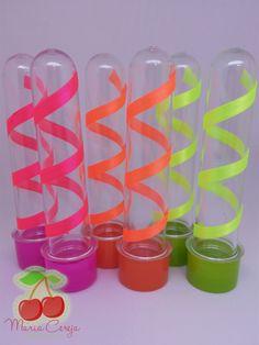 Tubete de 13cm decorado com fita de cetim neon.    Ideal para lembrancinha ou decoração na mesa de guloseimas.