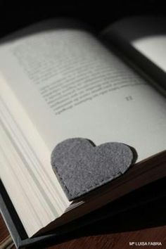 DIY felt heart bookmark, simple and easy to make. Cute Crafts, Crafts To Do, Felt Crafts, Fabric Crafts, Sewing Crafts, Sewing Projects, Felt Diy, Sewing Ideas, Easy Crafts