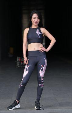 微博 Yoga Pants Girls, Gym Pants, Girls In Leggings, Asian Woman, Asian Girl, Asian Ladies, Tight Dresses, Nice Dresses, Tights Outfit