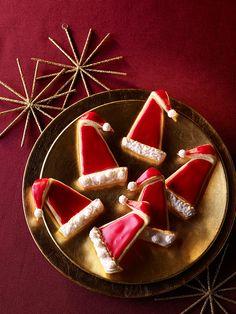 Knusperplätzchen mit weihnachtlichen Gewürzen und roter Zuckerglasur