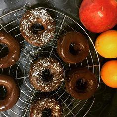 Čokoládové donut s proteinom Doughnut, Donuts, Desserts, Food, Frost Donuts, Tailgate Desserts, Deserts, Beignets, Essen