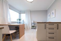 Jugendzimmer mit großem Schreibtisch im Trend 146 W in der Blauen Lagune Trends, Corner Desk, Ikea, Furniture, Home Decor, Blue Lagoon, Table Desk, Homes, Kids