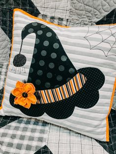 Can I get a HOO-RAY for the weekend? It's Fri-YAY demo time! Learn how to make a dimensional flower with Cindy to achieve the perfect ruffled stitch! Use this fun technique to embellish any project and take your sewing to the next level! Halloween Pillows, Halloween Quilts, Halloween Projects, Halloween Fabric Crafts, Fall Sewing Projects, Halloween Quilt Patterns, Halloween Table Runners, Manualidades Halloween, Fall Pillows