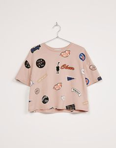 BSK all over 'Cheers' print top - T- Shirts - Bershka Spain Supernatural Sty Teen Fashion Outfits, Outfits For Teens, Girl Outfits, Summer Outfits, Cute Crop Tops, Cropped Tops, Crop Top Outfits, Cute Casual Outfits, Mode Geek
