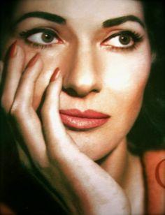 # Descrever teu sorriso é a intolerância de um discurso mudo, é a essência de uma ópera deprimente, é a pressa dos amantes, que se atiram no precipício do prazer. Condena-me a perpetuidade da tua beleza. Texto: Marcelo H. Zacarelli -  Do poema: Ópera Deprimente  Maria Callas