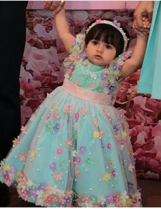 Baby Frocks Party Wear, Kids Party Wear Dresses, Baby Girl Frocks, Girls Special Occasion Dresses, Baby Girl Party Dresses, Dresses Kids Girl, Kids Outfits Girls, Indian Dresses For Kids, Mom And Baby Dresses