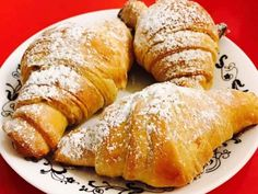 Croissante pufoase. – Lorelley.blog Croissant, Cake Recipes, Dessert Recipes, Puff Pastry Recipes, Brunch Menu, Cheesecakes, Deserts, Food And Drink, Cooking Recipes
