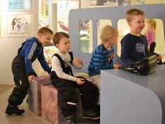 Autolla ajetaan varo varovasti. Näyttelyssä jokainen pääsee kokeilemaan autolla ajamista.  Oulu (Finland)