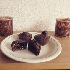 Choco-Lava Cakes from Pumping Sophia Thiel // Ingredients: 1/2 cup chocolate whey protein powder 3 tbsp cocoa powder 2 tbsp coconut oil 1/4 cup oats (gluten-free or regular) 1 whole large egg 1/4 cup almond or coconut milk 2-3 tbsp crystallized coconut nectar or plain coconut sugar (I used 19 g) // 4 mins // Nutritional Information: Calories 704 Total Fat 42 g Total Carbs 38 g Protein 46 g
